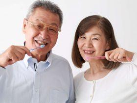 歯ブラシをする高齢者