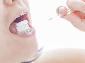 歯磨き粉で歯ブラシ