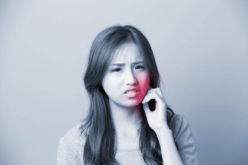 虫歯は変な味がする?親知らずの虫歯と生えかけ時の痛みの見分け方